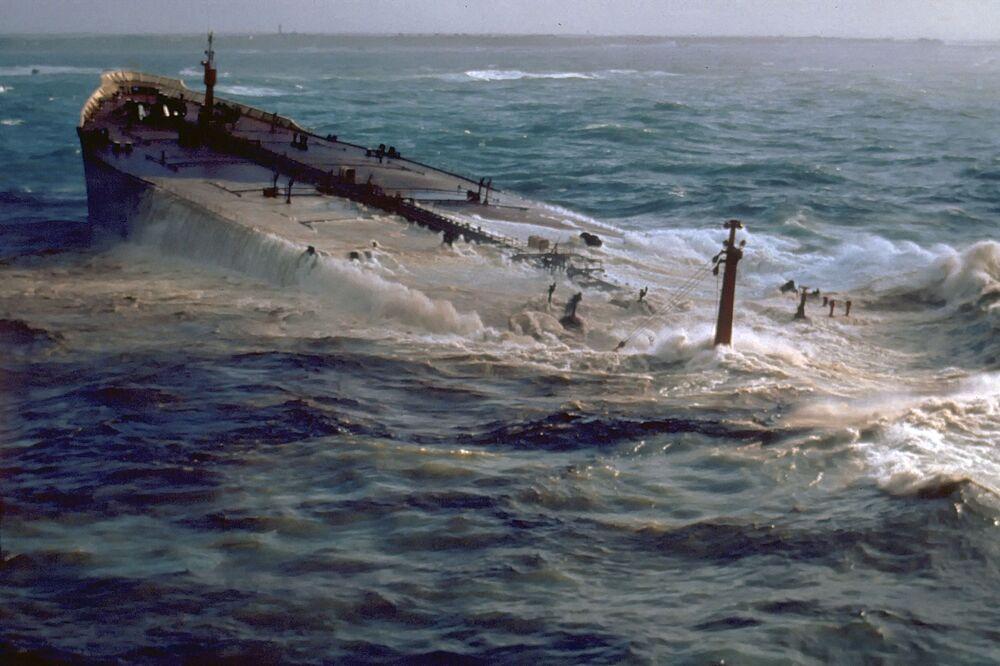 1978'de Amaco Cadiz isimli petrol tankeri, kötü hava koşullarında Fransa'nın kuzey sahillerinde kaza yaptı. Gemi karaya oturduktan sonra 223.000 ton petrol denize döküldü.