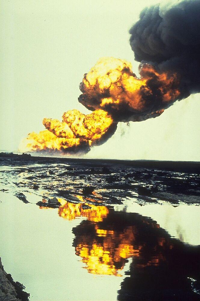 1991'da Kuveyt petrol yangınları Körfez Savaşı sırasında Kuveyt'i işgal eden Irak askerî birliklerinin, ülkedeki 750'nin üzerinde petrol kuyusunu ateşe vermesi ile başladı.  Petrol kuyularının çevresinde yer alan mayınlar sebebiyle itfaiye ekipleri gönderilemediğinden yangınlar giderek kontrolden çıktı. Gün başına yaklaşık 6 milyon galonluk (950.000 m3) petrol kaybı yaşandı. Ancak 10 ay gibi bir sürenin ardından söndürülebilen yangınlar, ülkede büyük bir çevre felaketine yol açtı.