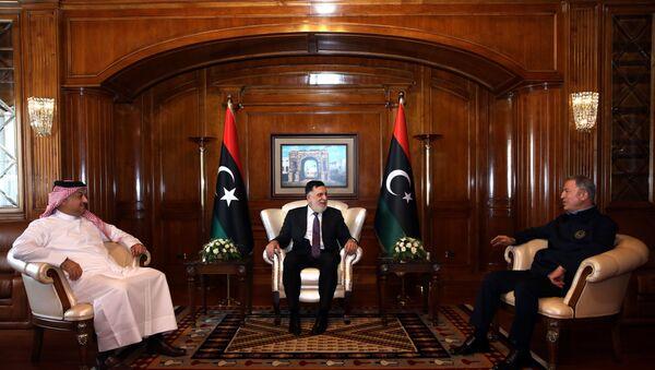 Milli Savunma Bakanı Akar, Libya UMH Başbakanı Serrac Fayiz es-Serrac ve Katar Savunma Bakanı Halid bin Muhammed el-Atiyye ile üçlü toplantı gerçekleştirdi. - Sputnik Türkiye