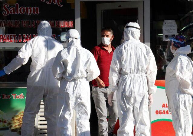 Kırklareli'nde yeni tip koronavirüs (Kovid-19) tanısı konulduğu için karantinada olması gereken çiğ köfteci dükkanda satış yaparken yakalandı.