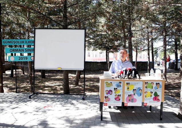Milli Eğitim Bakanı Ziya Selçuk, Gümüşoluk İlkokulu'nda, eğitim kurumlarında hijyen şartlarının geliştirilmesi ve enfeksiyon önleme tedbirleri kapsamında Okulum Temiz Belgesi takdim törenine katıldı. Bakan Selçuk, gazetecilerin sorularını cevapladı.