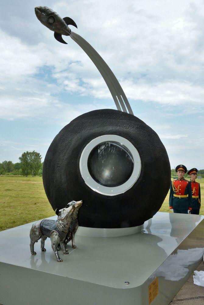 60 yıl önce uzay yolculuğunu gerçekleştirip Dünya'ya sağ salim dönen Belka ve Strelka isimli iki köpeklerin anısına Moskova bölgesinde dikilmiş anıt.