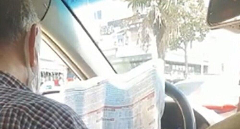 Bahçelievler'de trafikte seyir halindeyken at yarışı oynayan taksici, sivil trafik polisi tarafından yakalandı. Ehliyetine el konulan ve 2 yıla kadar hapisle yargılanacak olan taksiciye bin 360 lira idari para cezası kesildi.