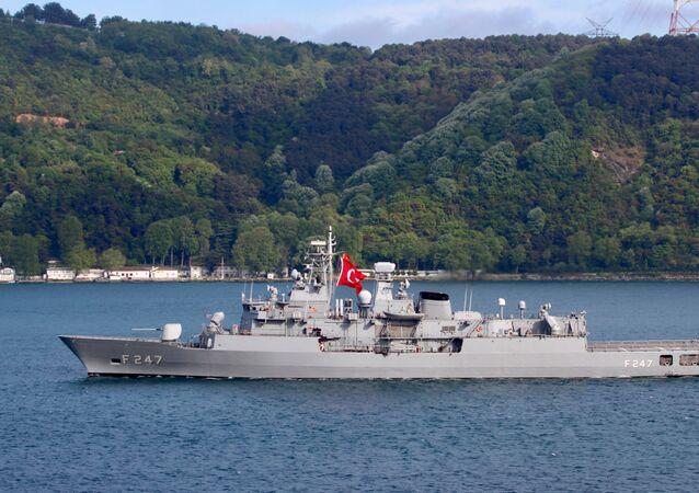 TCG Kemal Reis (F-247)  İstanbul Boğazı'ndan geçerken