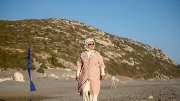 Türkiye Cumhurbaşkanı Recep Tayyip Erdoğan'ın eşi Emine Erdoğan, Antalya'nın Kaş ilçesinde tedavileri tamamlanan caretta carettaları denize bıraktı - Sputnik Türkiye