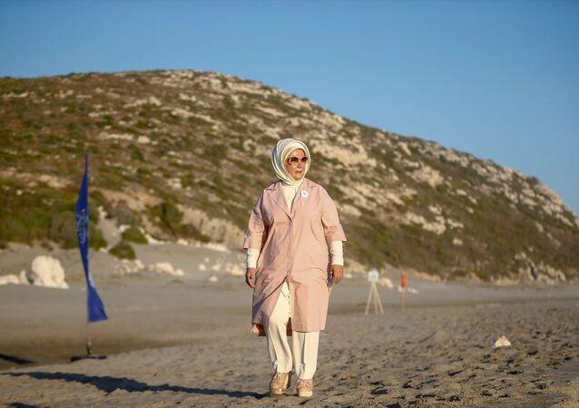 Türkiye Cumhurbaşkanı Recep Tayyip Erdoğan'ın eşi Emine Erdoğan, Antalya'nın Kaş ilçesinde tedavileri tamamlanan caretta carettaları denize bıraktı. Çevre ve Şehircilik Bakanı Murat Kurum'un davetlisi olarak Patara Deniz Kaplumbağaları Koruma ve İzleme Programı'na katılmak üzere Patara Sahili'ne gelen Erdoğan, incelemelerde bulundu.