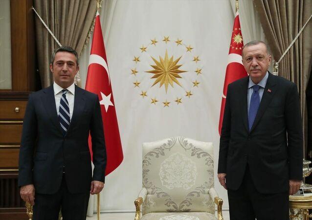 Türkiye Cumhurbaşkanı Recep Tayyip Erdoğan, Fenerbahçe Kulübü Başkanı Ali Koç'u (solda) Cumhurbaşkanlığı Külliyesi'nde kabul etti.