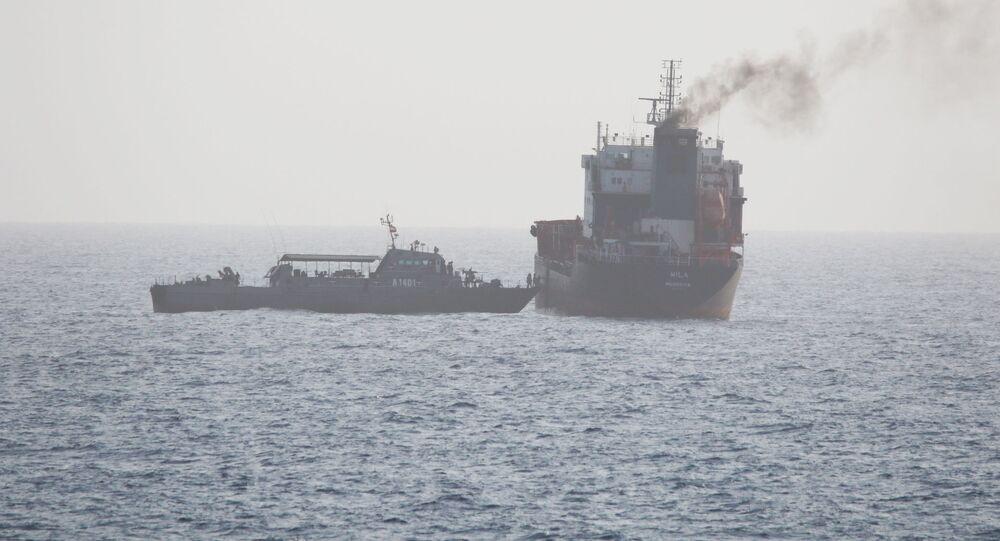 ABD donanmasının 12 Ağustos 2020'de yayımladığı fotoğraf: Hürmüz Boğazı'ndaki İran güçleri, BAE'ye giden sivil tanker WILA'nın yolunu kesip güverteye çıkıyor.