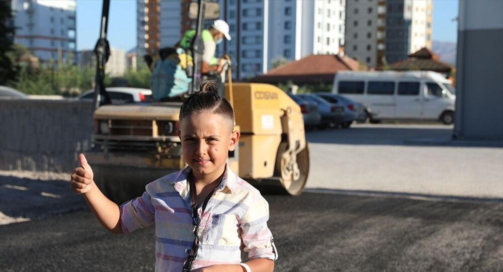 Kayseri'de bisiklet sürmek için asfalt yol isteyen çocuğun talebi yerine getirildi