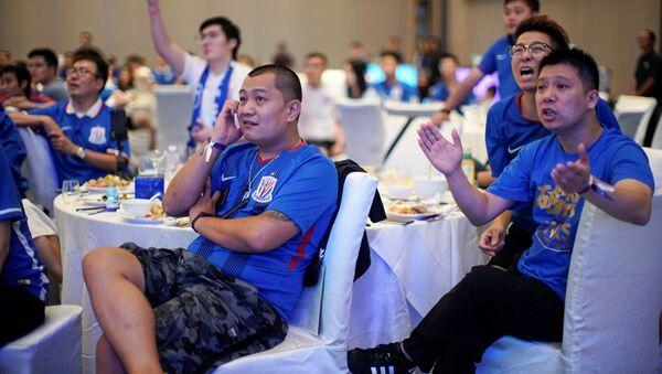 Çin Süper Ligi'nin taraftarsız oynanan maçlarını bir mekanda izleyen Shanghai Shenhua taraftarları  - Sputnik Türkiye