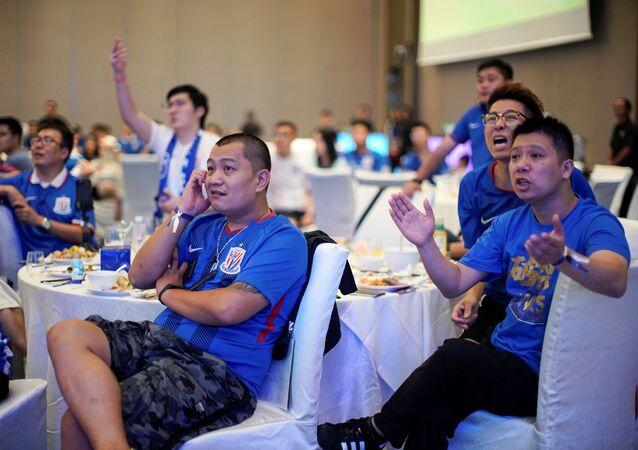 Çin Süper Ligi'nin taraftarsız oynanan maçlarını bir mekanda izleyen Shanghai Shenhua taraftarları