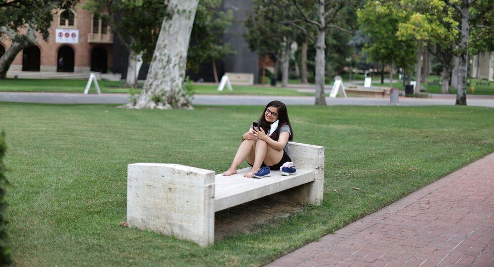 ABD'nin Güney Kaliforniya Üniversitesi kampüsünde bankta dinlenen bir öğrenci