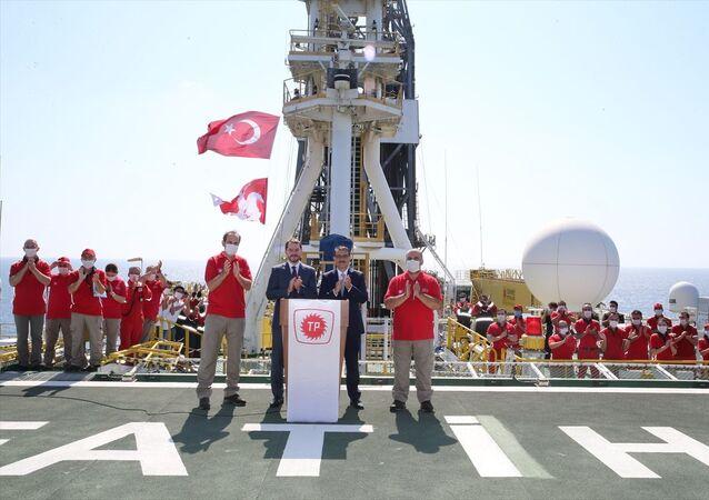 Cumhurbaşkanı Recep Tayyip Erdoğan, Dolmabahçe Çalışma Ofisi'nde düzenlediği toplantıda Türkiye tarihinin en büyük doğalgaz keşfini Karadeniz'de gerçekleştirdi açıklamasını yaptı. Hazine ve Maliye Bakanı Berat Albayrak ile Enerji ve Tabii Kaynaklar Bakanı Fatih Dönmez, konuya ilişkin Fatih Sondaj Gemisinde açıklamalarda bulundu.
