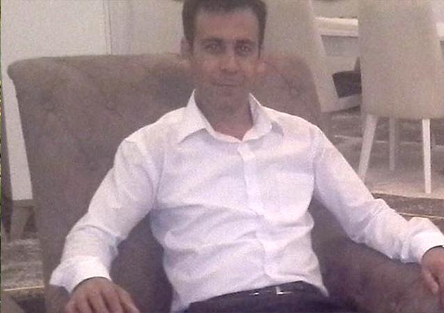 Antalya'nın Serik ilçesinde, kızının düğünü için barışan eşiDudu Çağın'ı (40) bıçaklayarak öldürdükten sonra kaçan ve komşusu tarafından yol kenarında otostop çekerken yakalananMetin Çağın(41) tutuklandı.