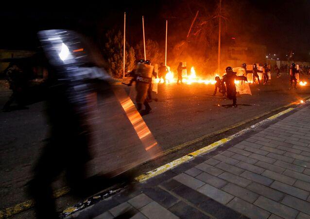 Irak'ın Basra kentinde göstericiler parlamento temsilciliğini ateşe verdi