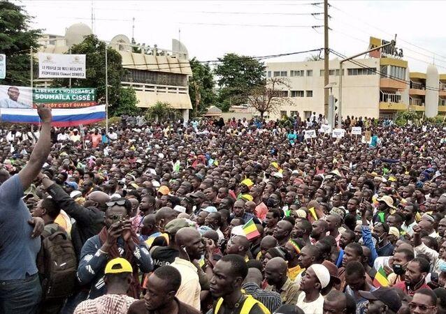 Mali'de Cumhurbaşkanı İbrahim Boubacar Keita'nın askeri darbeyle devrilmesinin ardından binlerce kişi, muhalefetin çağrısıyla meydanlara çıktı.