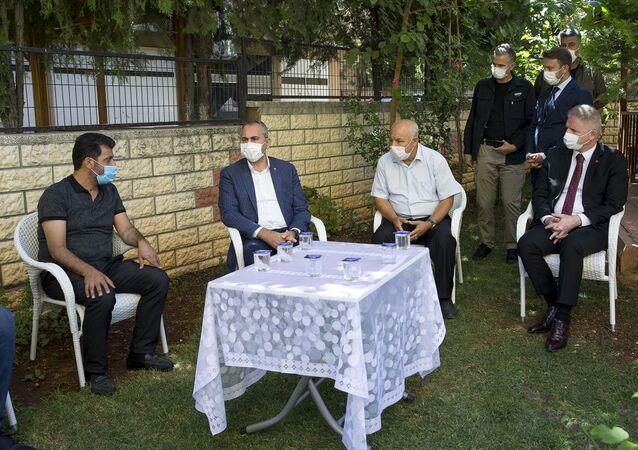 Adalet Bakanı Abdulhamit Gül, Gaziantep'te bir apartmanın 4'üncü katından düşerek hayatını kaybeden 17 yaşındaki Duygu Delen'in ailesine taziye ziyaretinde bulundu.