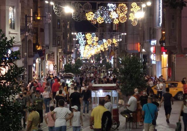 Beyoğlu İstiklal Caddesi'nde yaşanan yoğunlukta vatandaşlar maske kullanımı ve sosyal mesafe kuralını adeta unuttu. Kimisi maskeyi hiç kullanmazken, kimisinin de maskesini çenesinin altına veya koluna taktığı görüldü.