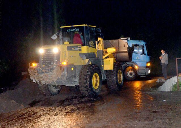 Giresun'un Yağlıdere ilçesinde sel ve heyelanlar nedeniyle mahsur kalan vatandaşların kurtarılması için çalışma yürütülüyor