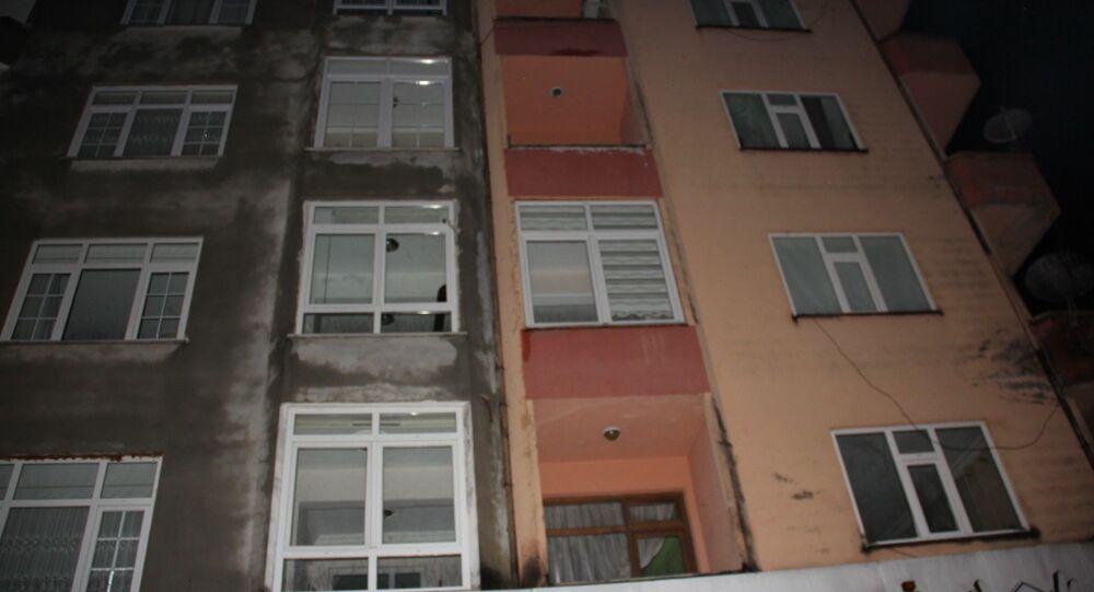 Rize'nin merkeze bağlı Dağsu mahallesinde birbirine bitişik iki apartman şiddetli yağış sonrası oluşan heyelan tehlikesi nedeniyle tahliye edildi.