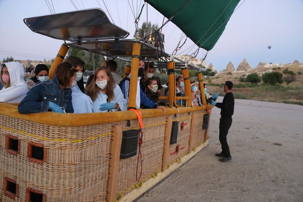 Peribacaları, vadileri, kayadan oyma kilise ve otelleriyle ünlü Kapadokya'da balon turları, yeni tip koronavirüs (Kovid-19) tedbirleri kapsamında Sivil Havacılık Genel Müdürlüğünün aldığı kararla 17 Mart'ta verilen aranın ardından 23 Ağustos'ta yeniden başladı.