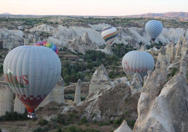 Misafirler Kapadokya semalarından hem güneşin doğuşunu hem de bölgenin harika güzelliğini izlerken, balon turuna katılma fırsatı bulamayan çok sayıda turist ise peribacaları ve sıcak hava balonları manzarasında bol bol fotoğraf çekip bu anları ölümsüzleştirdi. Yaklaşık bir saatlik tur sonrasında belirlenen noktalara iniş yapan turistler, burada kendilerine ikram edilen içecekleri içti.