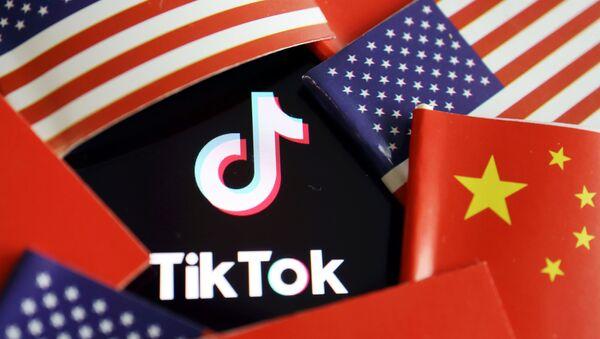 ABD ve Çin bayrakları arasında kalan TikTok logosu - Sputnik Türkiye