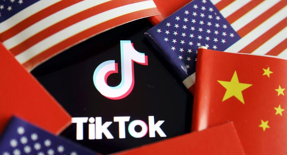ABD ve Çin bayrakları arasında kalan TikTok logosu
