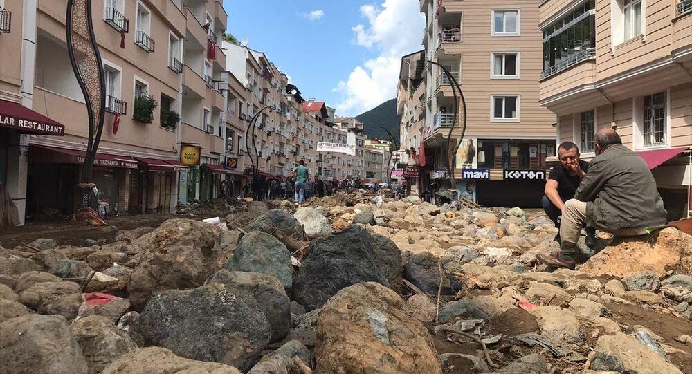 Giresun'un Dereli ilçe merkezinde sağanağın ardından ana yollar, iş yerleri, evler ve araçlar su altında kaldı.