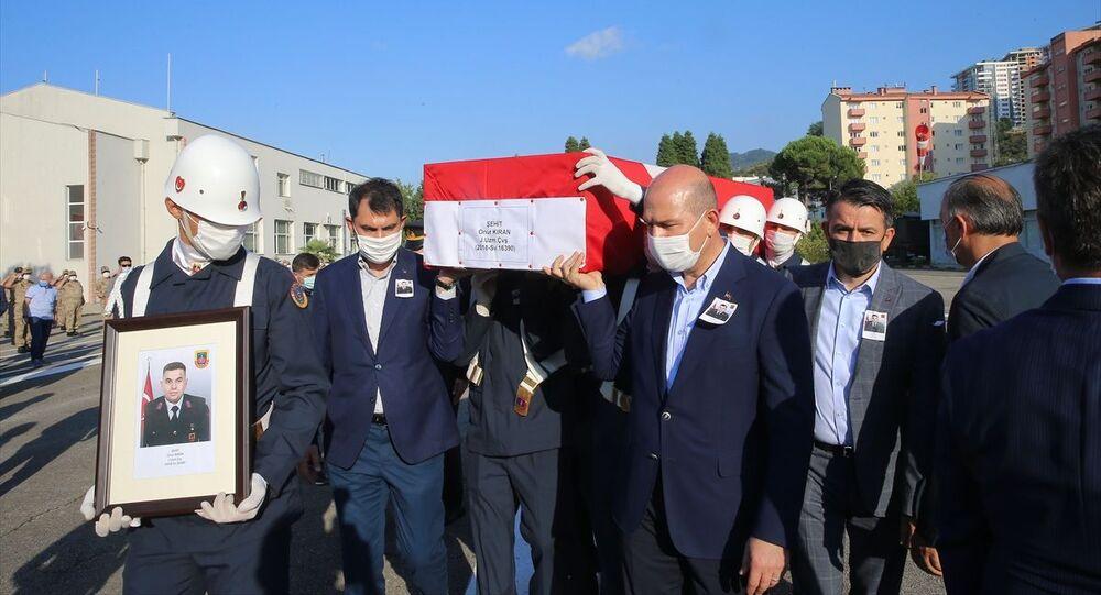 Giresun'da dün meydana gelen selde, bulunduğu aracın menfeze düşmesi sonucu yaşamını yitiren Jandarma Uzman Çavuş Onur Kıran için tören düzenlendi. Kıran'ın Türk bayrağına sarılı naaşı, hastane morgundan alınarak cenaze nakil aracı ile Giresun Bölge Jandarma Komutanlığına getirildi. Buradaki törene, İçişleri Bakanı Süleyman Soylu, Çevre ve Şehircilik Bakanı Murat Kurum, Tarım ve Orman Bakanı Bekir Pakdemirli, Giresun Valisi Enver Ünlü, Jandarma Bölge Komutanı Tuğgeneral Erhan Demir ile diğer ilgililer ve askeri personel katıldı. Kıran'ın tabutuna, cenaze nakil aracına taşınırken Bakanlar Soylu, Kurum ve Pakdemirli de omuz verdi.