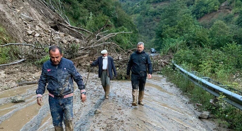 AK Parti İstanbul Milletvekili ve AK Parti Sivil Toplum ve Halkla İlişkiler Başkan Yardımcısı Hasan Turan sel felaketi yaşanan Dereli'ye gitmek isterken heyelana yakalandı.
