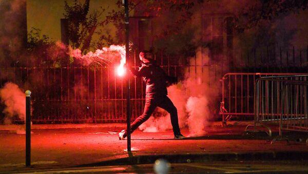 Şampiyonlar Ligi finalinde Bayern Münih'e karşı kaybeden Fransız ekibi Paris Saint-Germain'in taraftarları maçın ardından araçları ateşe verdi, mağaza vitrinlerini yıktı ve polisle çatıştı.  - Sputnik Türkiye
