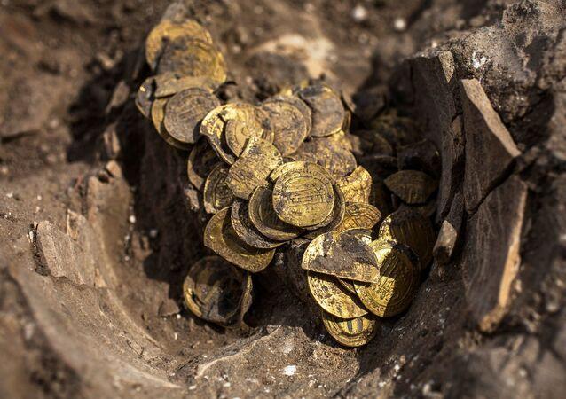 İsrail'in Merkez Bölgesi'nde yeni bir mahallenin inşasının planlandığı bölgede bir kazıda gönüllü olarak çalışan gençler, bin 100 yıl öncesine ait ve içinde yüzlerce altın sikkenin bulunduğu bir hazineyi keşfetti.