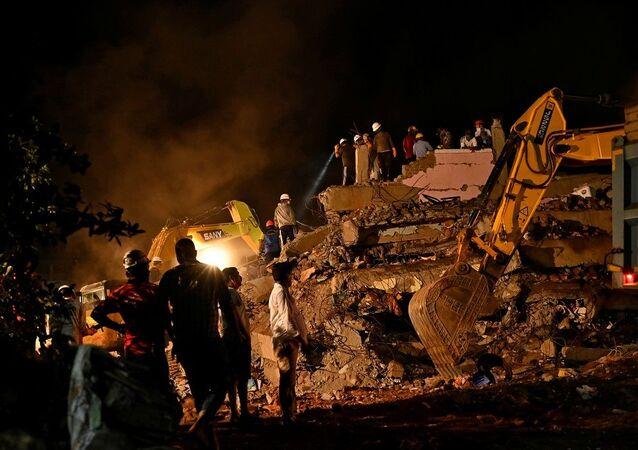 Hindistan'da 5 katlı bina çöktü