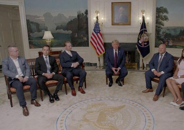 Trump, Cumhuriyetçi Parti Kurultayının ilk gününde yayınlanması için, Beyaz Saray'da, daha önce farklı ülkelerde tutuklu ya da rehin tutulan 6 vatandaş ile bir söyleşi gerçekleştirdi.