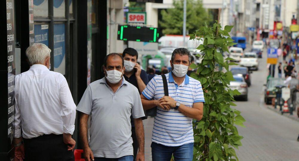 Artvin'de yeni tip Koronavirüs (Kovid-19) tedbirleri kapsamında, vatandaşların yoğun olarak kullandığı cadde, meydan ve parklarda maske takma zorunluluğu getirildi.