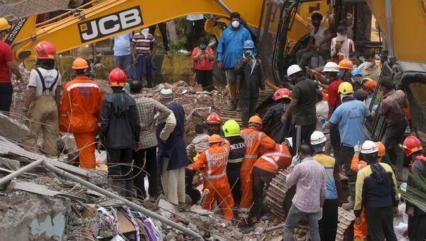 Hindistan'ın Mumbai kenti yakınlarında çöken binanın enkazında bulunan dört yaşındaki bir erkek çocuk sağ olarak kurtarıldı. - Sputnik Türkiye