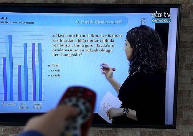 Koronavirüsün tırmanışa geçmesinin ardından Türkiye yüz yüze eğitimi Ocak ayına kadar askıya aldı.