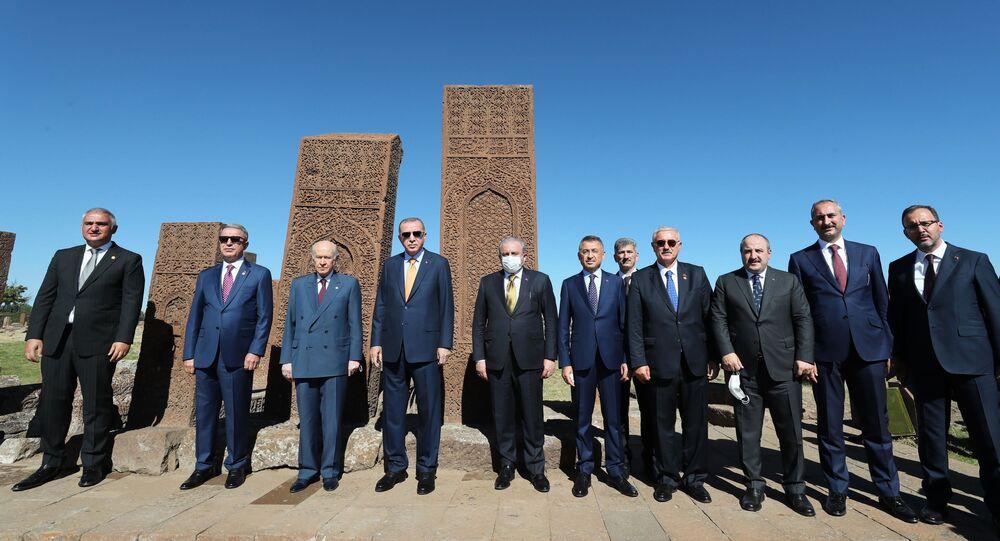 Türkiye Cumhurbaşkanı Recep Tayyip Erdoğan, Malazgirt Zaferi'nin 949. yıl dönümü dolayısıyla Ahlat'ta düzenlenen etkinliklere katılmak üzere geldiği Bitlis'te, UNESCO Dünya Kültür Mirası geçici listesindeki dünyanın en büyük Türk İslam Mezarlığı olma özelliğini taşıyan Ahlat Selçuklu Meydan Mezarlığı'nı ziyaret etti. Cumhurbaşkanı Erdoğan, ziyarette MHP Genel Başkanı Devlet Bahçeli ve beraberindeki heyet ile fotoğraf çektirdi.