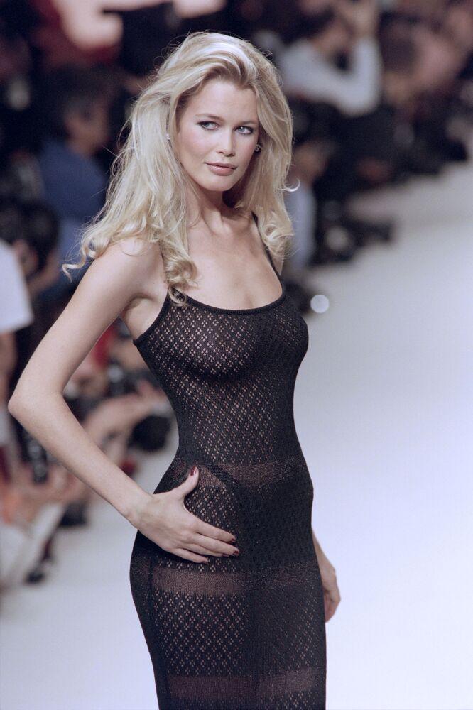 Alman manken ve oyuncu Claudia Schiffer henüz 17 yaşında modelliğe başladı ve kariyeri boyunca pek çok ilke de imza attı.