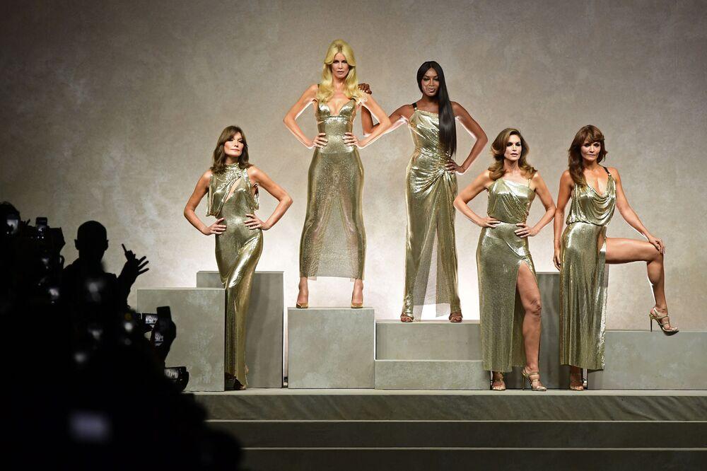"""Doğum gününde kariyeriyle ilgili  konuşan ünlü model, """"Eskiden çok rekabet vardı. Ancak insanlar birbirine yardımcı olur ve sorunları dayanışarak çözerdi"""" dedi. Fotoğrafta: Dünyaca  ünlü mankenler Carla Bruni, Claudia Schiffer, Naomi Campbell, Cindy Crawford and  Helena Christensen (soldan sağa), Milano'daki Versace moda evinin defilesinde, 2017"""