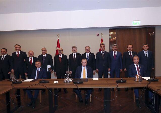 Türkiye Cumhurbaşkanı Recep Tayyip Erdoğan, Malazgirt Zaferi'nin 949'uncu yıl dönümü dolayısıyla Ahlat'ta düzenlenen programlara katılmak üzere geldiği Bitlis'te bölge valileriyle toplantı yaptı. Toplantıda, Cumhurbaşkanı Yardımcısı Fuat Oktay (önde solda), Milli Savunma Bakanı Hulusi Akar (önde sağda) ve İçişleri Bakan Yardımcısı Muhterem İnce (2. sıra sol 6) de yer aldı.