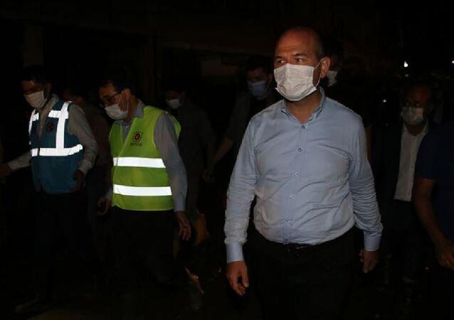Bakanlar Soylu, Kurum ve Dönmez, sel felaketinin yaşandığı Dereli'de vatandaşların taleplerini dinliyor.