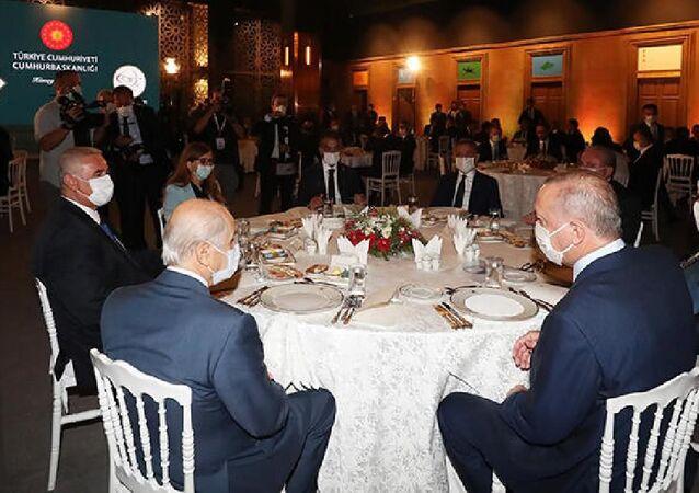 Cumhurbaşkanı Erdoğan, Ahlat'taki etkinliklere katılan sanatçı ve gençlerle yemekte bir araya geldi