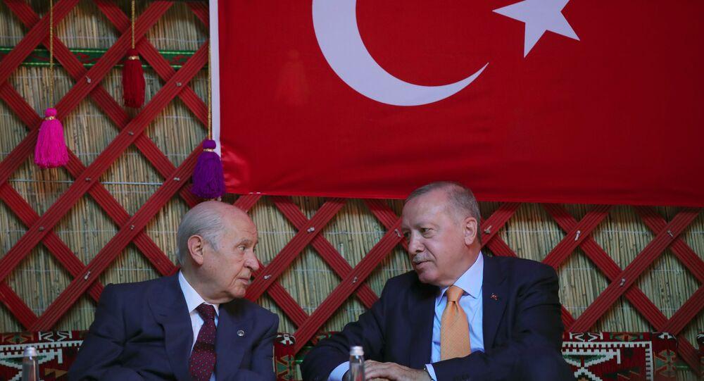 Cumhurbaşkanı Recep Tayyip Erdoğan, MHP Genel Başkanı Devlet Bahçeli ile birlikte Ahlat'taki etkinlik alanında düzenlenen Malazgirt Zaferi'ni canlandırma etkinliğiyle okçuluk, kökbörü ve atalı okçuluk gösterilerini izledi.