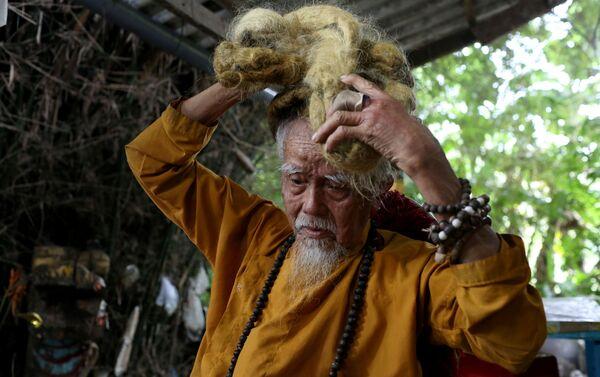 """Chien, """"Saçlarımı sadece besliyorum; kuru ve temiz kalması, güzel görünmesi için bir şalla sarıyorum"""" diyor. - Sputnik Türkiye"""