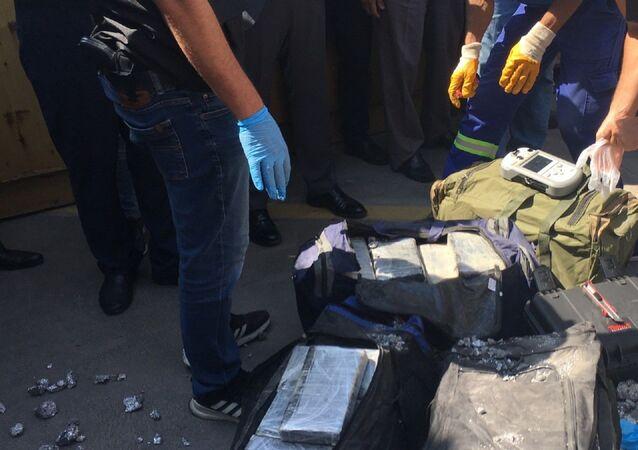 Ticaret Bakanı Ruhsar Pekcan, Gümrükler Muhafaza teşkilatının, Kocaeli'de gerçekleştirdiği operasyonda ele geçirdiği yarım tonu aşkın kokainle tek seferde müstakilen yaptığı en büyük miktardaki kokain yakalamasına imza attığını bildirdi.