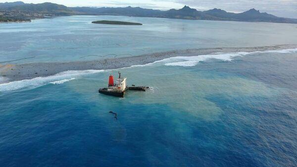 MV Wakashio adlı petrol tankeri, Mauritius'ta mercan kayalıklarına çarparak karaya oturdu. - Sputnik Türkiye