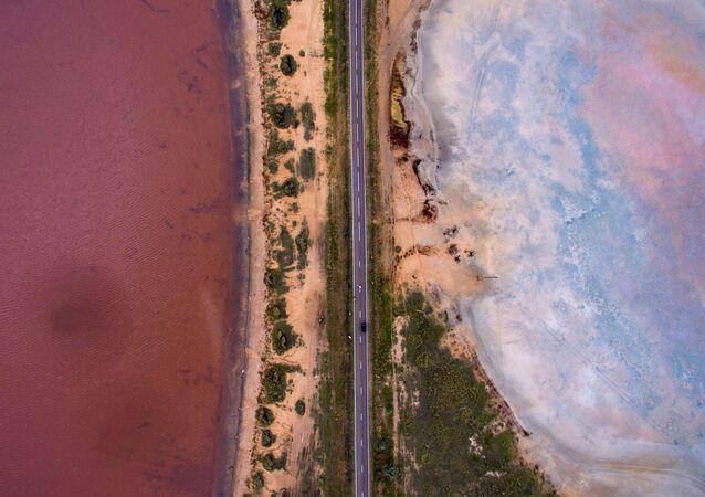 Altay'ın Mikhaylovskoye bölgesindeki acı-tuzlu 'Pembe' gölün havadan görünüşü.