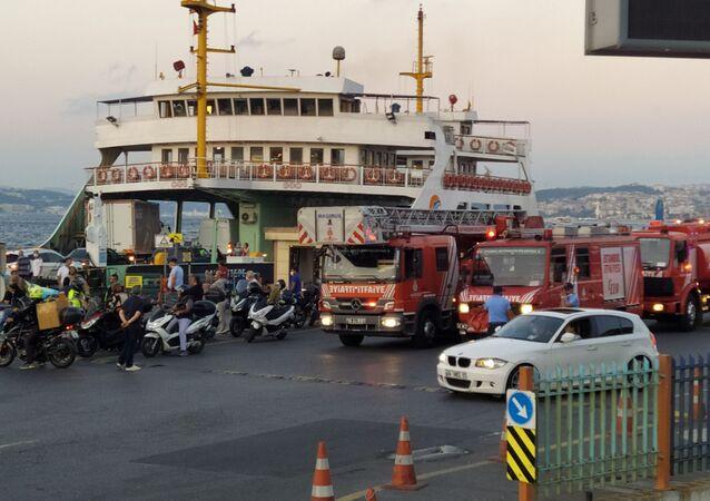 Sirkeci vapur iskelesinden hareket eden bir arabalı vapurun motorundan dumanlar yükseldiğini gören yolcular korku dolu anlar yaşadı.